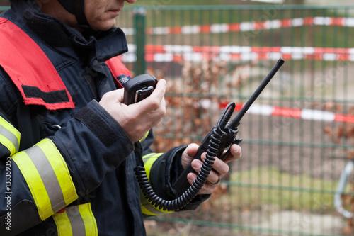 Cuadros en Lienzo  HDR - Feuerwehrmann im Einsatz mit Funkgerät