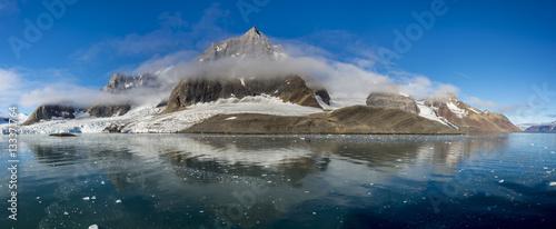 Autocollant pour porte Arctique Arctic landscape in Svalbard, Spitsbergen