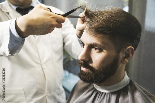 Zdjęcie XXL Zakończenie mężczyzna ma jego włosy ciącego up
