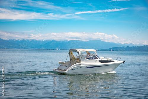 Urlaub , kleines weißes Motorboot auf dem Bodensee