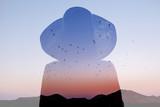 Podwójnej ekspozycji zdjęcie z sylwetka kobiety i niebo zachód słońca z góry i ptaki. Koncepcja wolności i podróży - 133402769