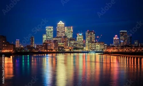 nocny-widok-od-strony-tamizy-na-canary-wharf-kompleks-biurowy-we-wschodnim-londynie