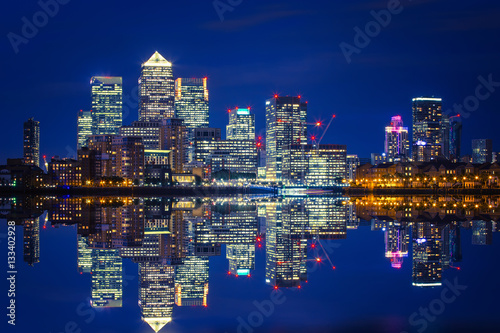Fotografia  Canary Wharf business district in London at night over Thames River