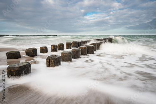 Fototapety, obrazy: Buhnen an der Küste der Ostsee an einem stürmischen Tag