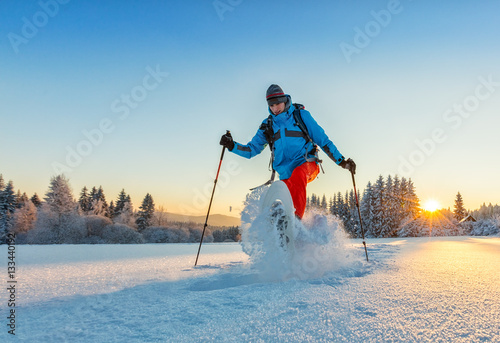 Poster Glisse hiver Snowshoe walker running in powder snow