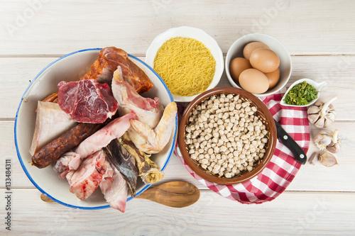 Fotografía  Ingredientes crudos para cocinar un cocido madrileño