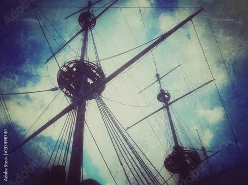 stary-statek-z-masztami-fotografia-z-narysami-i-antykwarska-blekitna-tekstura