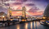 Fototapeta Londyn - Sonnenuntergang hinter der Tower Bridge in London