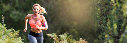 Montage in der Fensternische Jogging Beautiful athletic woman running in forest