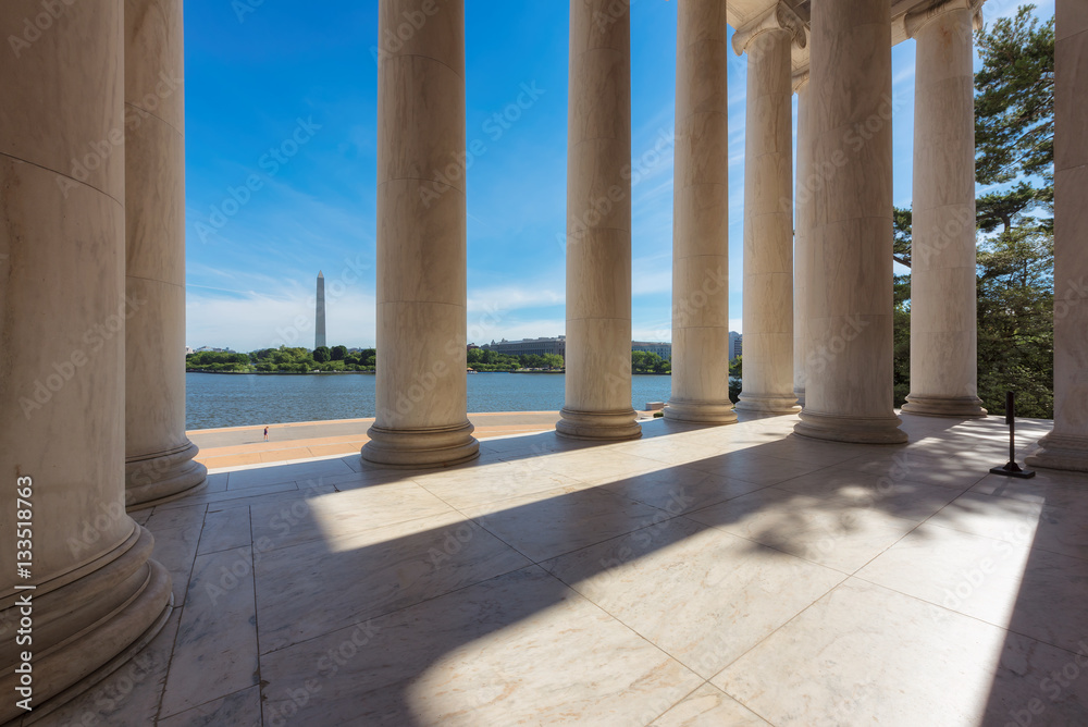 Photographie  Columns at the Jefferson Memorial and the Washington monument on the horizon in Washington DC