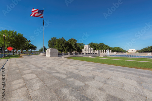 View the War memorial and the Lincoln memorial on a summer morning, Washington DC Tableau sur Toile