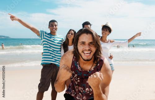 Plakat Fajna grupa nastolatków na plaży