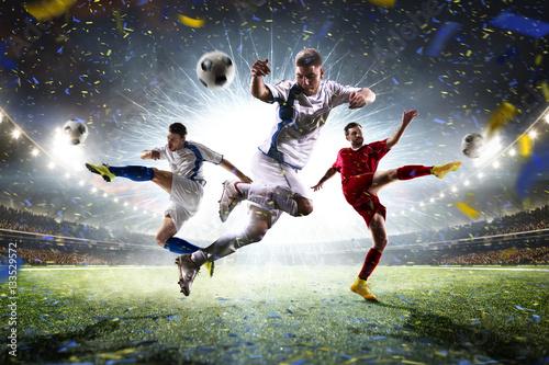 Kolaż dorosłych piłkarzy w akcji na panoramę stadionu