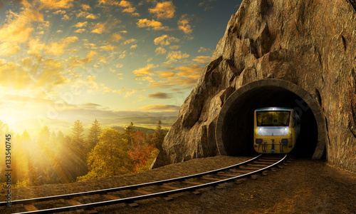Montage in der Fensternische Eisenbahnschienen Mountain railroad with train in tunnel in rock above landscape.