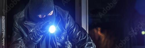Fotografía  Einbrecher mit Brecheisen und Taschenlampe