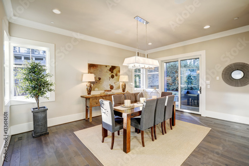 Fotografía  Lovely dining room with rectangular table and grey chairs