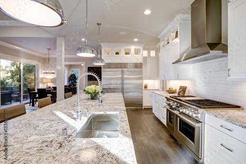 Foto White kitchen design in new luxurious home