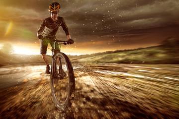 Fototapeta na wymiar Mountainbiker im Gelände