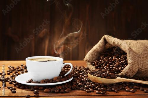 Fototapeta kawa   filizanka-kawy-z-fasola-na-stole