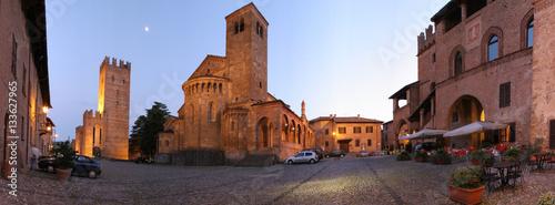 Fotografie, Obraz  Castell'Arquato, piazza Monumentale al crepuscolo.