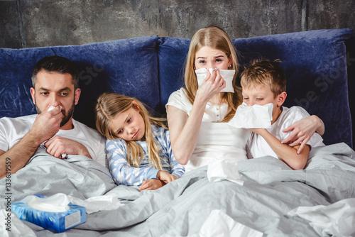 Fotografia  Sick family on bed