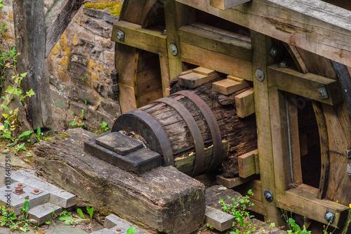 Restauriertes Mühlrad einer alten Wassermühle