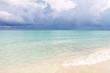 Морской пейзаж - яркое лазурное Карибское море и кучевые облака. Фото сделано на Кубе.