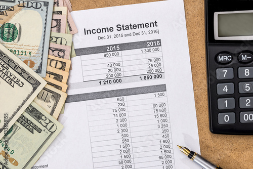 Fotografía  Save money concept - doc income statement with pen, calculator and money