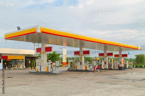 Photo Gas station at sunset.