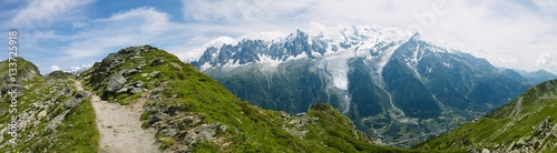 Papiers peints Alpes Panoramic of snow-capped mountains in the Graian Alps.