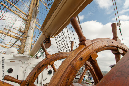 Foto op Plexiglas Schip Old boat steering wheel from wood