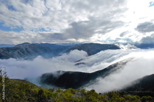 widok-nad-chmurami-na-szczycie-wzgorza-cerro-arco-blisko-do-mendoza-w-argentyna-ameryka-poludniowa