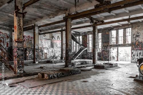 Papiers peints Les vieux bâtiments abandonnés Empty room in abandoned factory ruin