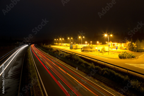 Tuinposter Nacht snelweg night highway and rest area