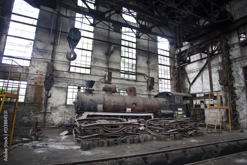 Foto op Plexiglas Oude verlaten gebouwen old locomotive in abandoned train factory