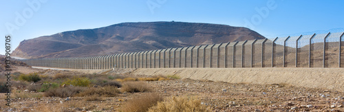 Fotografía  Israel Egypt border fence in the Negev and Sinai deserts