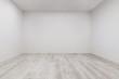 Leinwanddruck Bild - Gekälktes Laminat mit frisch gestrichener Wand in leerem Raum