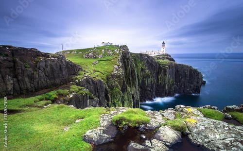 Fotografía  Coast in Scotland. Lighthaouse at Neist Point - Isle of Skye
