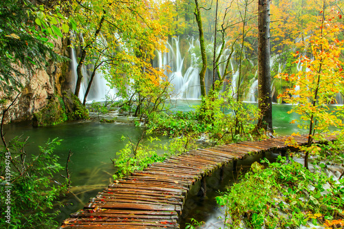 Spoed Foto op Canvas Weg in bos Wooden tourist path in Plitvice lakes national park