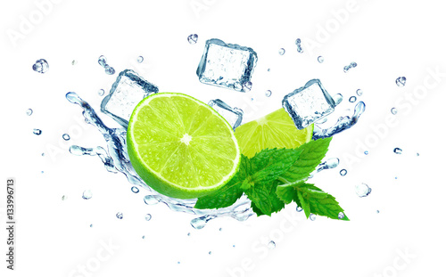 Keuken foto achterwand Opspattend water Lime splashing water and ice cubes isolated