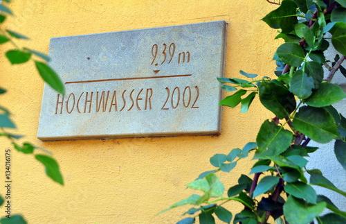 Fotografia  Schild mit Pegelstand des Elbhochwassers von 2002