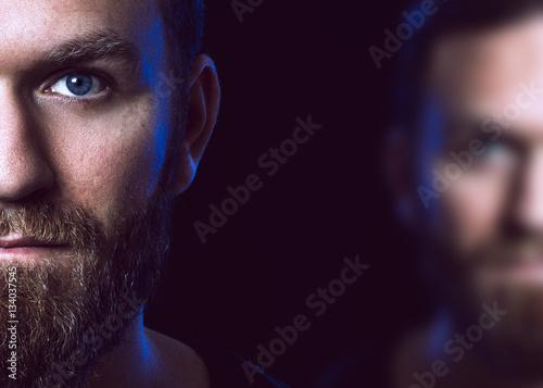 Fotografía  Porträt eines Mannes vor schwarzem Hintergrund