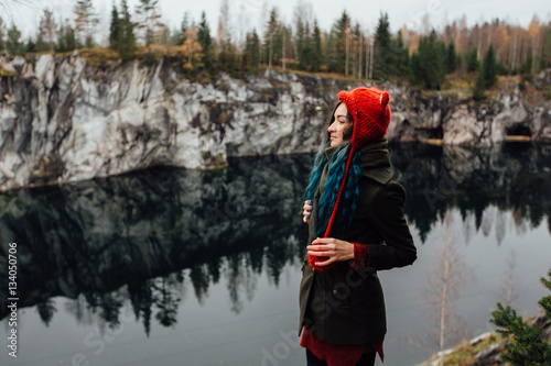 Photo  Pretty nice girl enjoy beautiful lake view from the hilltopl and good weather in Karelia