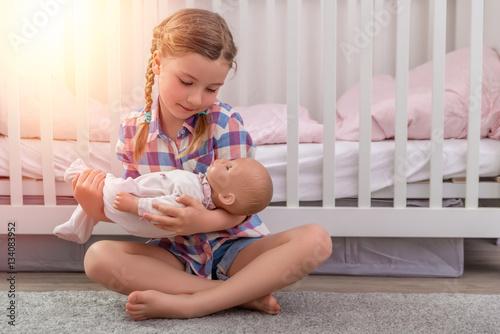 Photographie mädchen spielt mama mit puppe