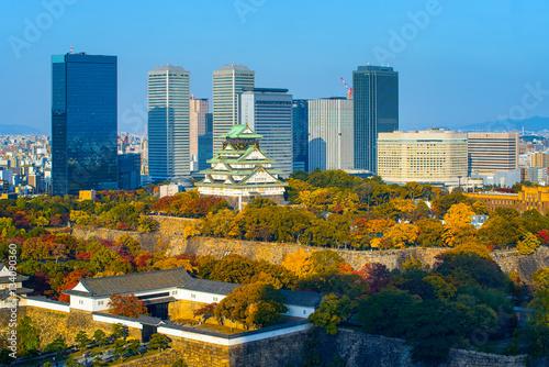 Naklejka premium Zamek Osaka w Osace z jesiennych liści, Japonia