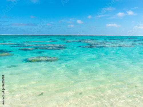 Fotografie, Obraz  Sandstrand mit blauen klarem Wasser auf Rarotonga