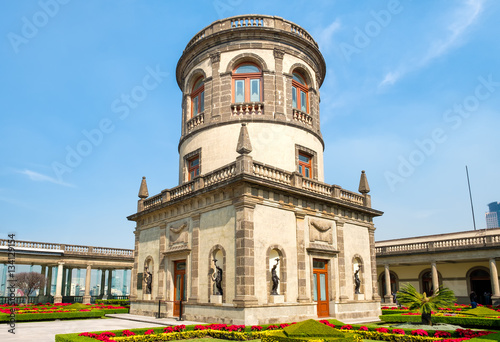 Foto op Plexiglas Kiev Beautiful gardens and tower on top of Chapultepec Castle in Mexico City