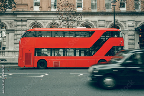 Poster Londres bus rouge Taxi cab in motion, London red bus in station, special for canvas