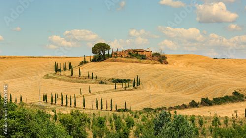 Foto  View of house with cypress trees in a field in the tuscan region