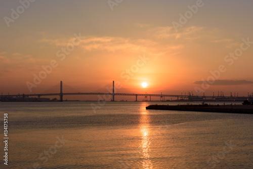 Spoed Foto op Canvas Zee zonsondergang 横浜のベイブリッジと朝日
